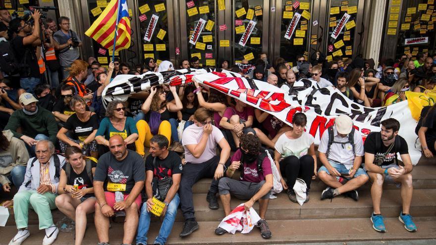 Miembros de los CDR ante la Bolsa de Barcelona