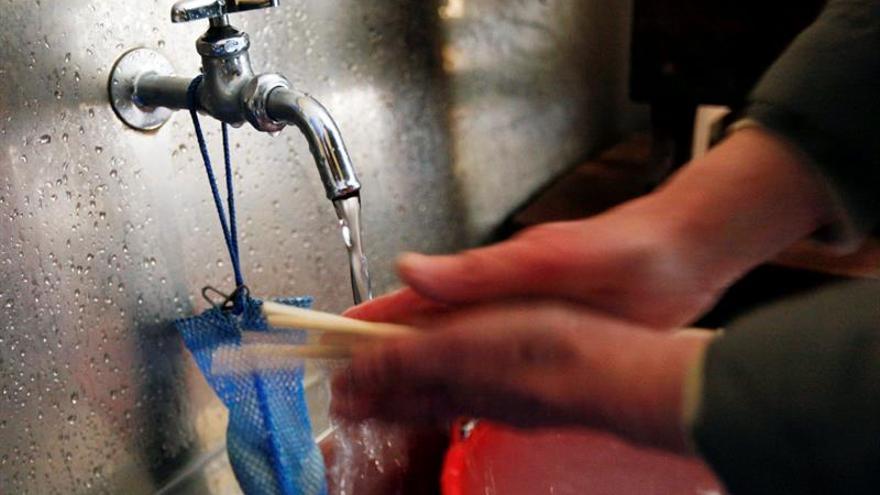 """Toda agua es """"ligera"""" y la del grifo, tan saludable como la envasada"""