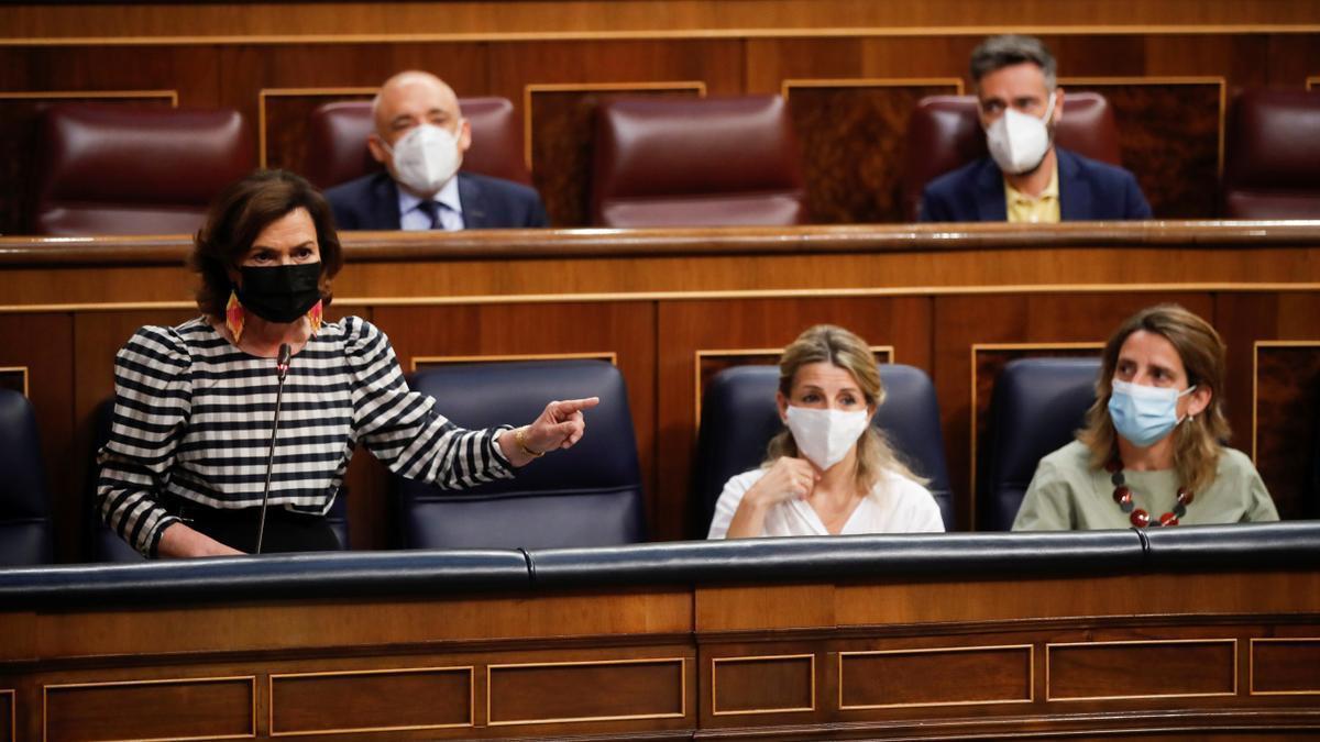 La vicepresidenta primera del Gobierno, Carmen Calvo (i), responde a una pregunta de la oposición.