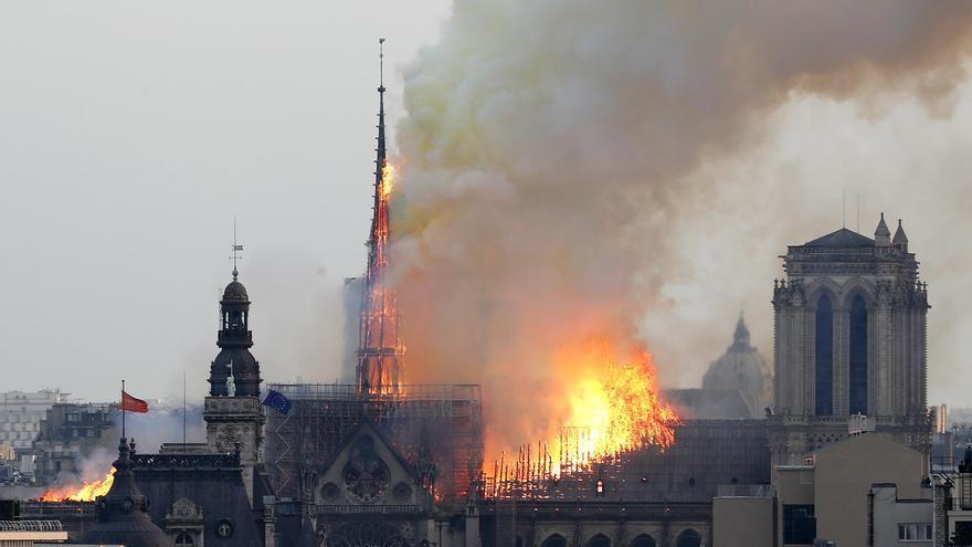 Las llamas se extienden por la techumbre de la catedral de Notre-Dame de París minutos antes de que cayera la aguja