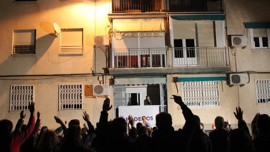 Votación durante la asamblea de Podemos Murcia en el barrio de Santiago el Mayor / PSS