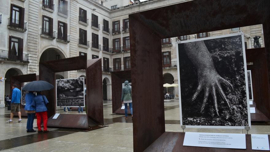 Exposición 'Génesis' de Salgado. Plaza Porticada, Santander. | Paula Arranz