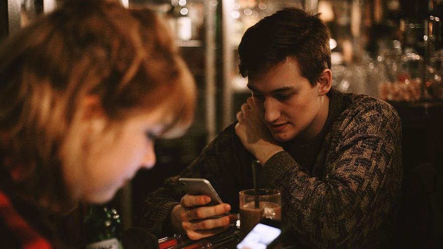 La hiperconexión a dispositivos móviles genera aislamiento en sus usuarios.