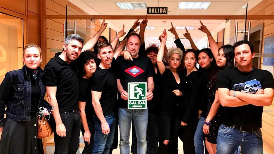 Los trabajadores de RTVE enseñan la salida a José Antonio Sánchez en su sexto viernes negro