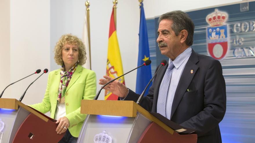 El presidente y la vicepresidenta de Cantabria durante su comparecencia pública. | Miguel López