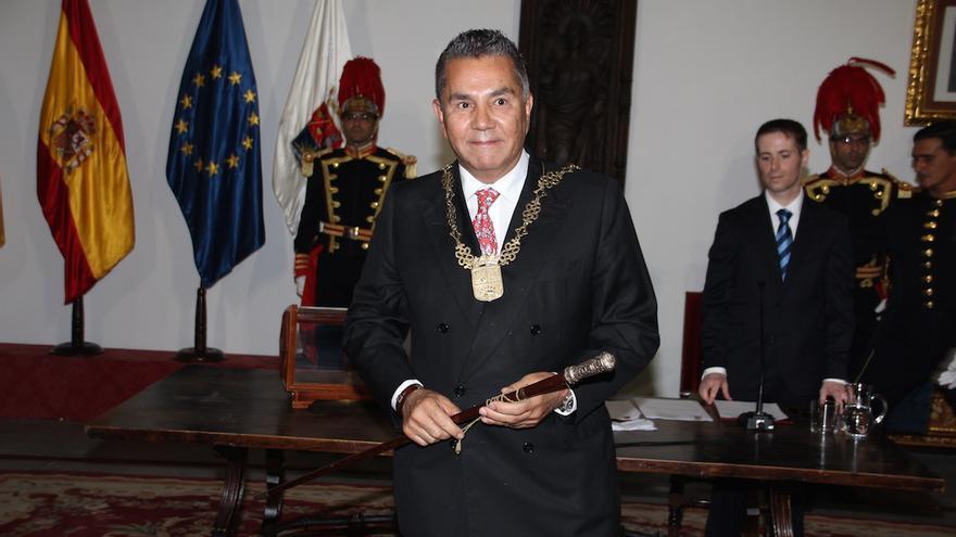 José Miguel Rodríguez Fraga con el bastón de mando.