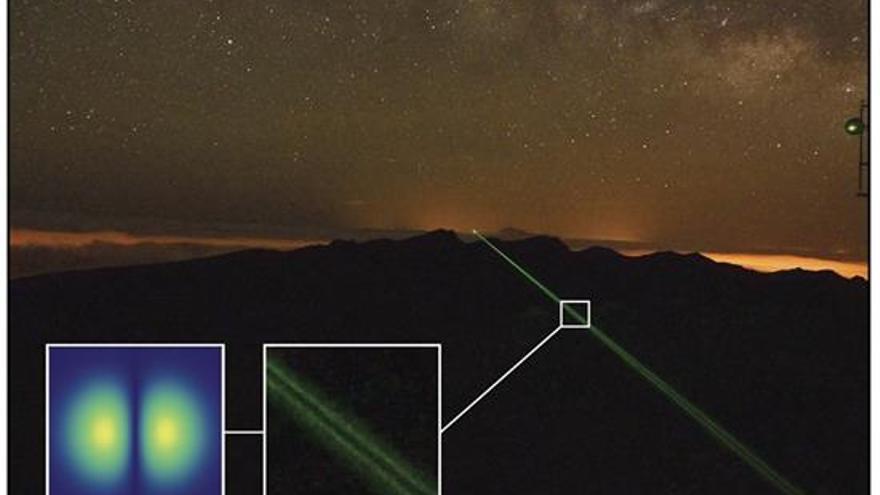 """Imagen cedida por la Agencia Espacial Europea (ESA) de su Estación de Comunicaciones Ópticas en el observatorio del Teide durante un experimento de """"teletransportación"""" de fotones por láser entre esa isla y La Palma realizado en 2012 por el Instituto de Óptica e Información Cuántica (IQOIQ) de Viena. Un rayo láser de 143 Kilómetros podría haber inaugurado una nueva etapa en el mundo de las telecomunicaciones, aunque paradójicamente podría haberlo hecho a una velocidad propia de las antiguas señales de humo. Siete investigadores de cuatro organismos científicos de Austria publican este mes un experimento con el que acaban de pulverizar todos los récords mundiales de comunicación por láser. Si hasta la fecha la máxima distancia a la que se había conseguido enviar datos de esa manera no superaba los tres kilómetros -hito que se consiguió en Viena-, el experimento del que da cuenta este mes la revista 'Proceedings' de la Academia Nacional de Ciencias de los Estados Unidos, más conocida por sus siglas """"PNAS"""", multiplica esa cota casi por 50. EFE/ESA ."""