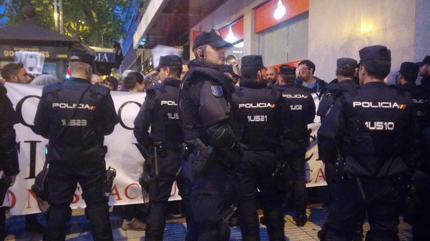 La Policía impidiendo a los manifestantes continuar la cacerola por Alonso Martínez