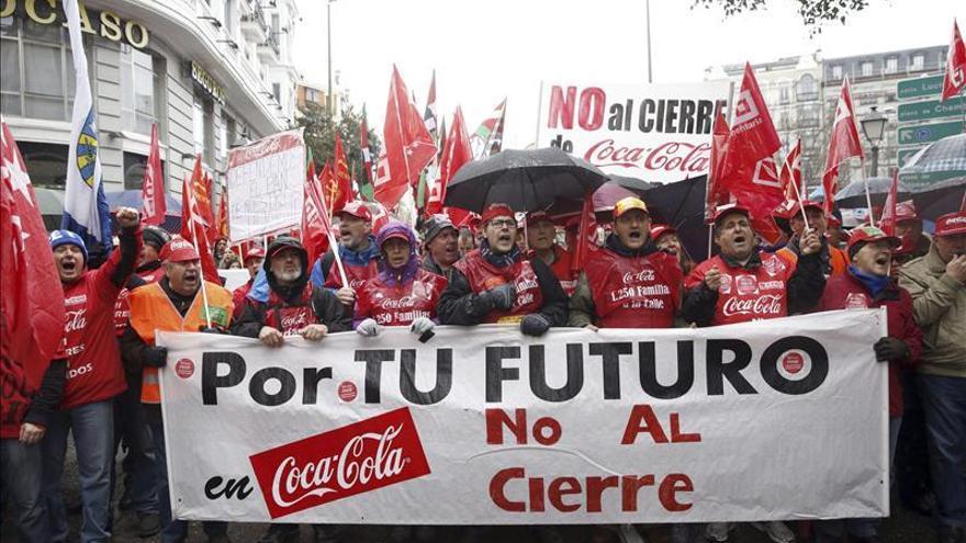 Trabajadores de Coca-Cola protestan contra el ERE cerca del Congreso. / Efe