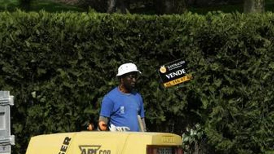 """El Gobierno, """"preocupado"""" por los inmigrantes 'sin papeles' que pierden su empleo"""