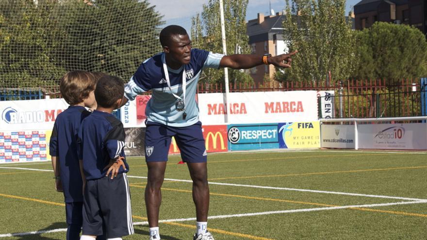 Además de jugar al fútbol, Alassane Diakité es entrenador de niños / Fotografía: CD Canillas