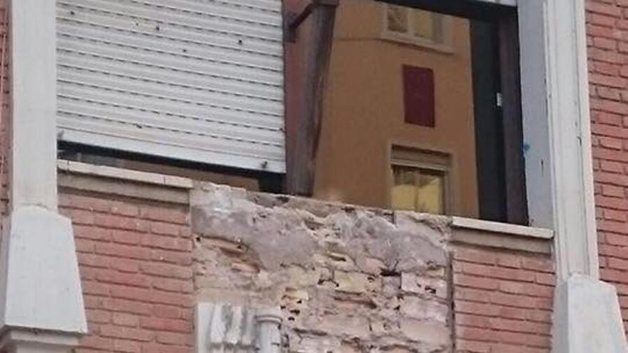 El escudo franquista del colegio Teodor Llorente en el proceso de desmontaje.