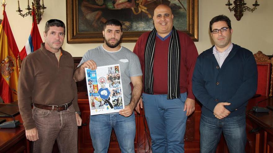 En la imagen, el concejal de Deportes (segundo por la derecho), con los promotores del 'I Encuentro Insular de Artes Marciales, Deportes de Contacto y Disciplinas Técnicas'.