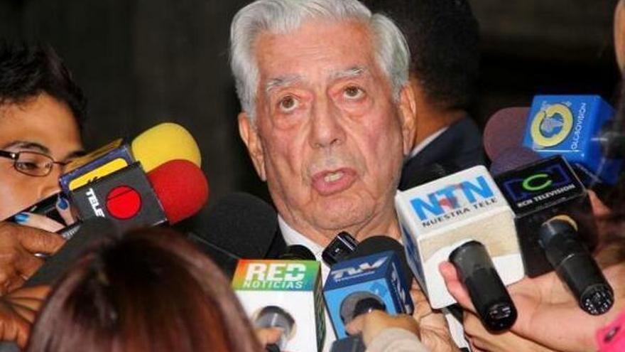 Vargas Llosa micrófonos Venezuela.jpg