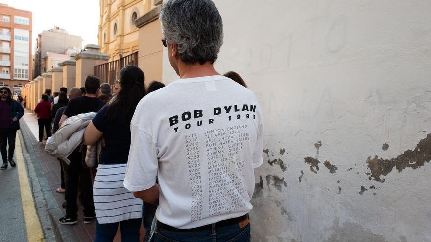 Eugenio, nos lo encontramos en la cola del concierto de Bob Dylan luciendo con orgullo su camiseta conmemorativa de la gira del año 1993. Piensa que Bob Dylan realiza una gira de conciertos tan intensa por el simple hecho de que se aburre enormemente en su casa si se queda encerrado