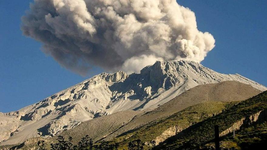 Perú advierte de nuevas explosiones en el volcán Ubinas por la acumulación de gases