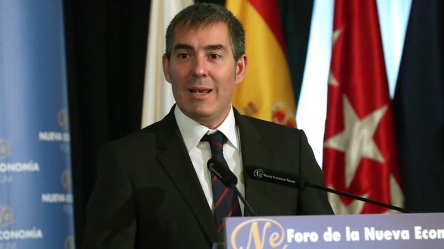 El presidente de Canarias, Fernando Clavijo, durante su intervención en el Fórum Nueva Economía. EFE/zIPI