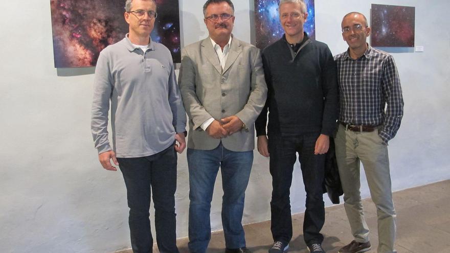Primitivo Jerónimo (segundo por la izquierda), consejero de Cultura del Cabildo, junto con otros miembros del 'VII Concurso Internacional de Astrofotografía', este lunes, en una de las salas de la Casa de Salazar.