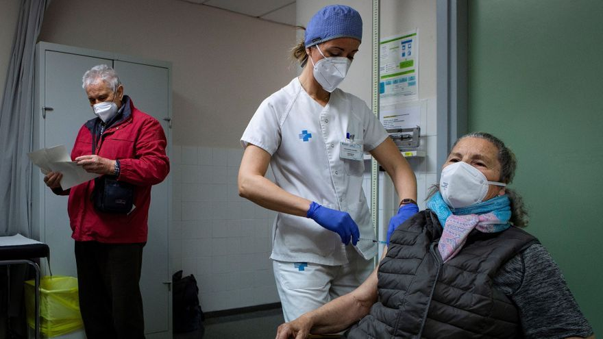 Una persona perteneciente al grupo de vacunación de mayores de 80 años recibe la primera dosis de la vacuna de Pfizer en el CAP d'Horta de Barcelona.