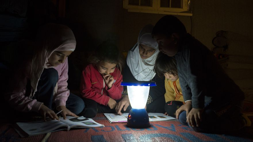 """Niños refugiados en Jordania tienen luz dentro de sus tiendas gracias a """"El Poder de la Luz"""""""