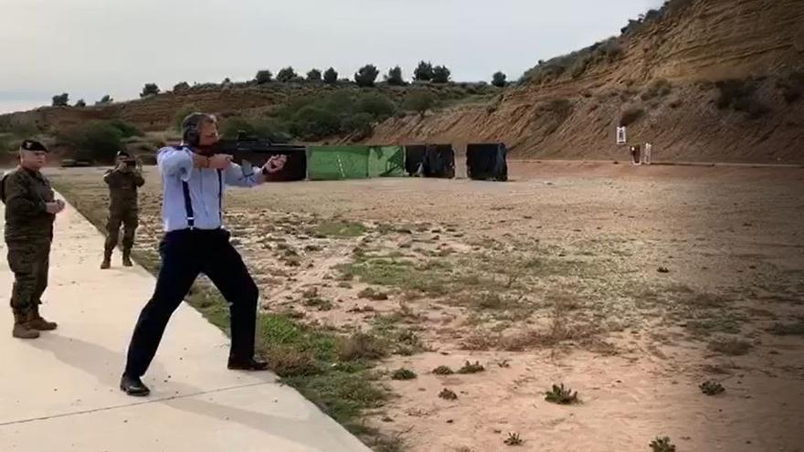 El secretario general de Vox, Javier Ortega Smith, realiza prácticas de tiro