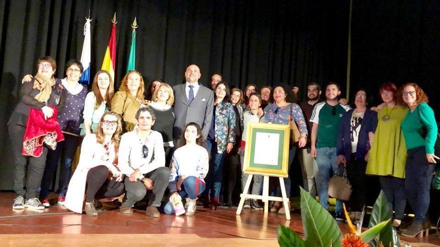 Francisco Ferraz con el título de Hijo Predilecto de Garafía arropado por compañeros de trabajo, amigos y familiares.