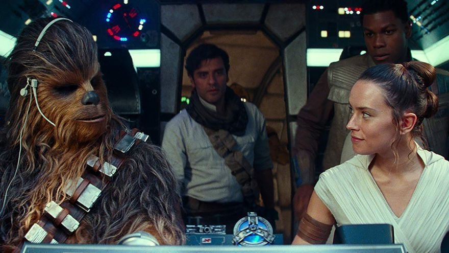 Chewbacca, Poe Dameron, Rey y Finn, montados en el Halcón Milenario