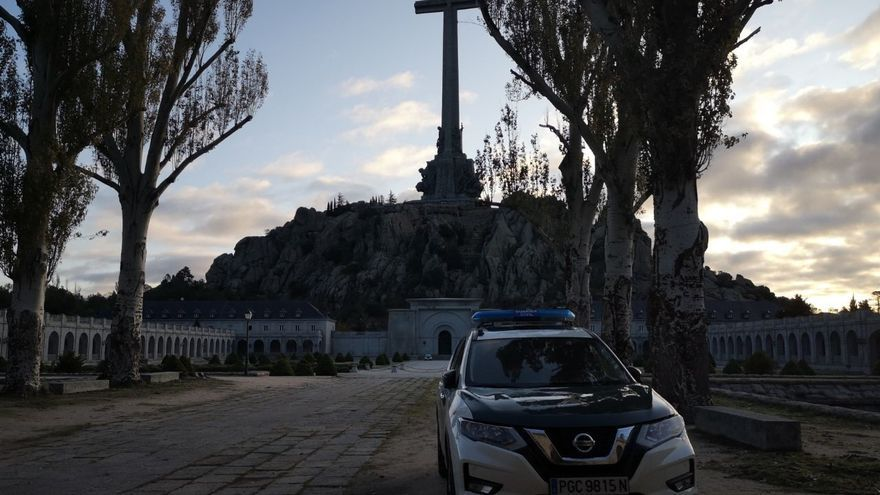 Un coche de la Guardia Civil frente al Valle de los Caídos