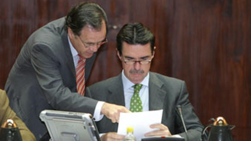 José Jiménez muestra unos documentos en un pleno del Cabildo a Soria, durante el anterior mandato.