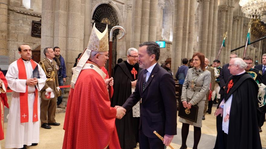 El alcalde santiagués saluda al arzobispo al llegar a la Catedral