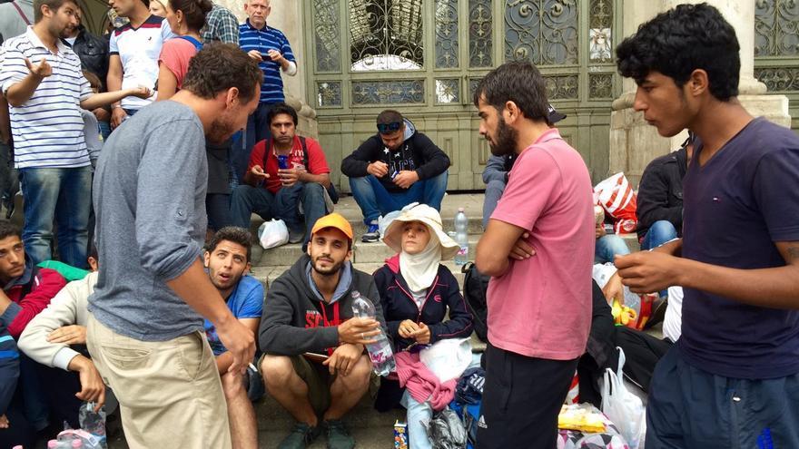 Zenah, (con sombrero), una joven siria embarazada de cinco meses, denuncia el trato humillante recibido en los campos de refugiados húngaros / Olga Rodríguez