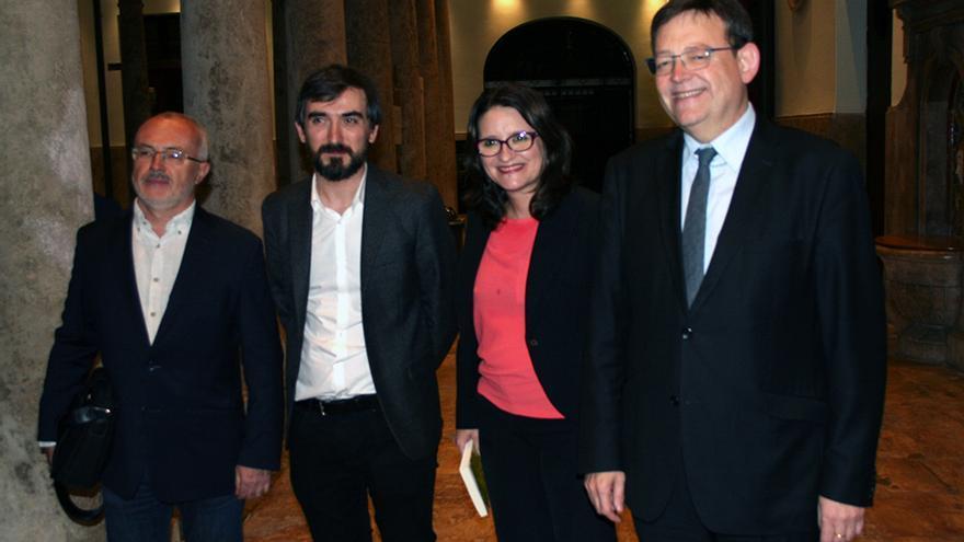 Ignacio Escolar junto al president de la Generalitat, Ximo Puig, la vicepresidenta, Mónica Oltra, y el líder de Podemos, Antonio Montiel