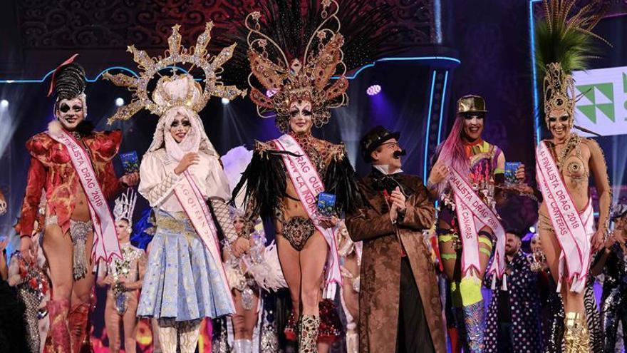 La Tullida (3i), ganador de la gala Drag Queen 2018, acompañado por el alcalde Augusto Hidalgo (3d), drag Shetlas (2i) y los finalistas. EFE/Angel Medina G.
