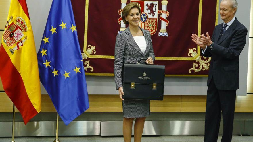 María Dolores de Cospedal, recibe la cartera de ministra de Defensa de manos de su antecesor en el cargo Pedro Morenés