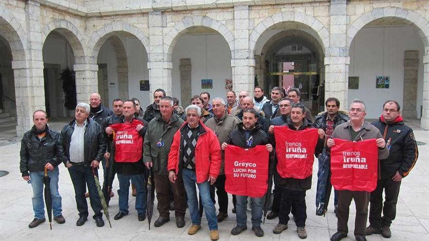 Los representantes de la plantilla de Greyco en el Parlamento de Cantabria.