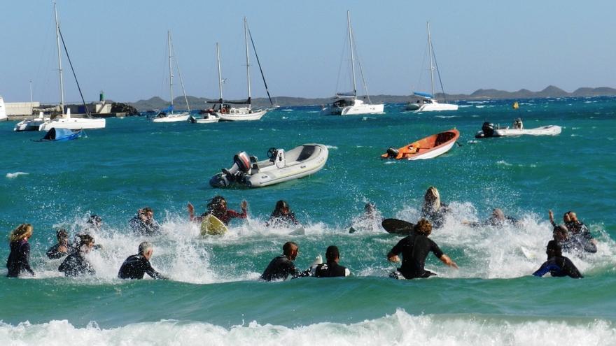 """""""La ola es nuestra, no de Repsol"""". @canariasnoseven"""