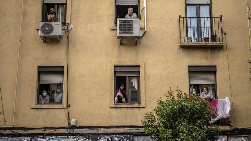 Vecinos de Usera contemplan la manifestación contra las restricciones