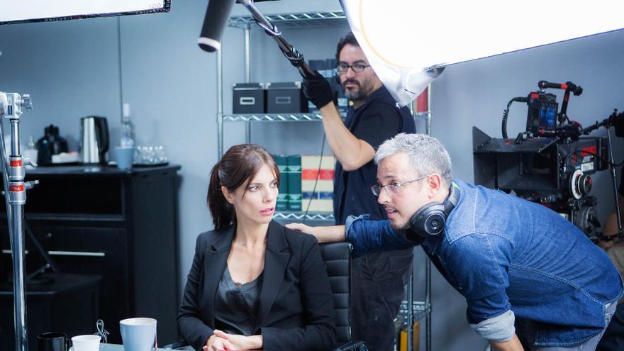 En la imagen, David Cánovas dirige a Maribel Verdú en una escena de 'La punta del iceberg'.