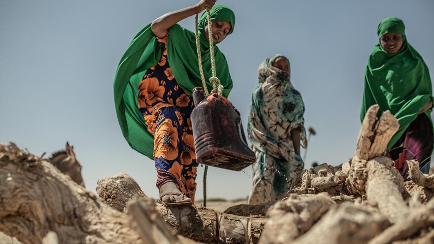 Un grupo de jóvenes recoge agua de un pozo en la comunidad de Docoloha. Foto: Pablo Tosco / Oxfam Intermón