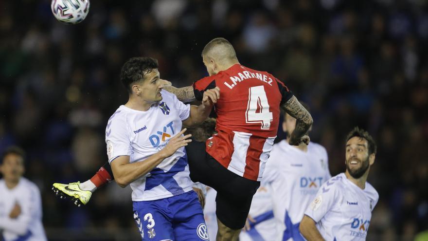 Álex Muñoz pelea por un balón en el partido de Copa