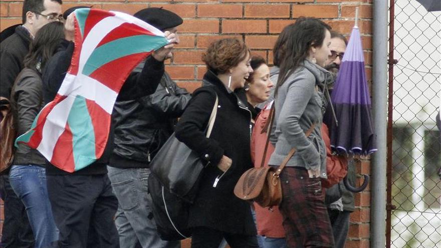 Inés del Río a su salida de la prisión de Texeiro acompañada de una decena de personas / EFE