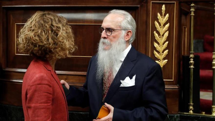 El presidente de la Mesa de Edad, Agustín Javier Zamarrón (d), conversa con la diputada socialista Meritxell Batet durante la sesión constitutiva de la Cámara Baja.