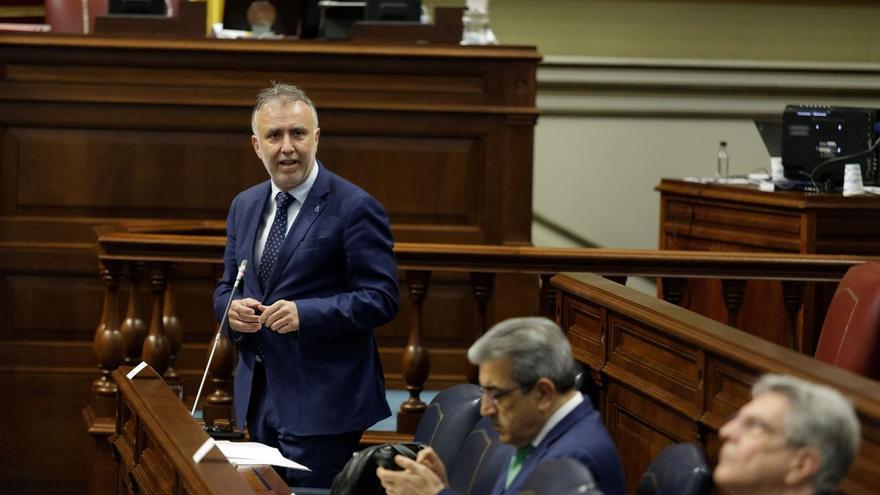 El presidente del Gobierno de Canarias, Ángel Víctor Torres, el vicepresidente, Román Rodríguez, y el portavoz y consejero de Sanidad, Julio Pérez