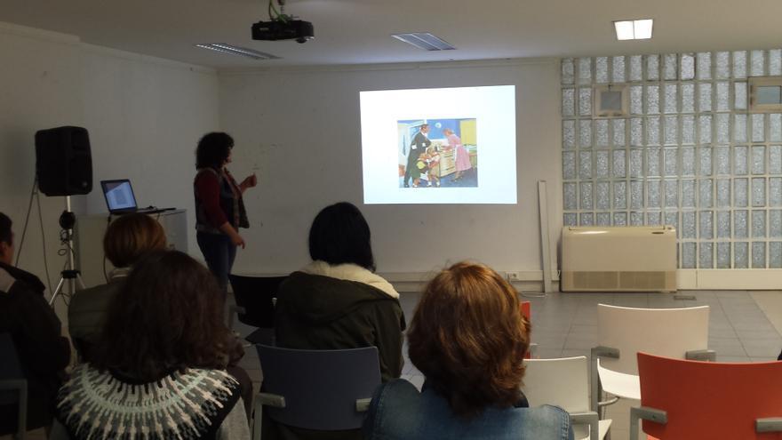 María Castejón impartiendo en San Sebastián el Taller 'Mujeres de anuncio y de cine. Análisis de representación de género'