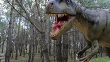 Un dinosaurio a tamaño real colocado en el Parque de los Dinosaurios de Lourinha en Portugal en febrero de 2018.