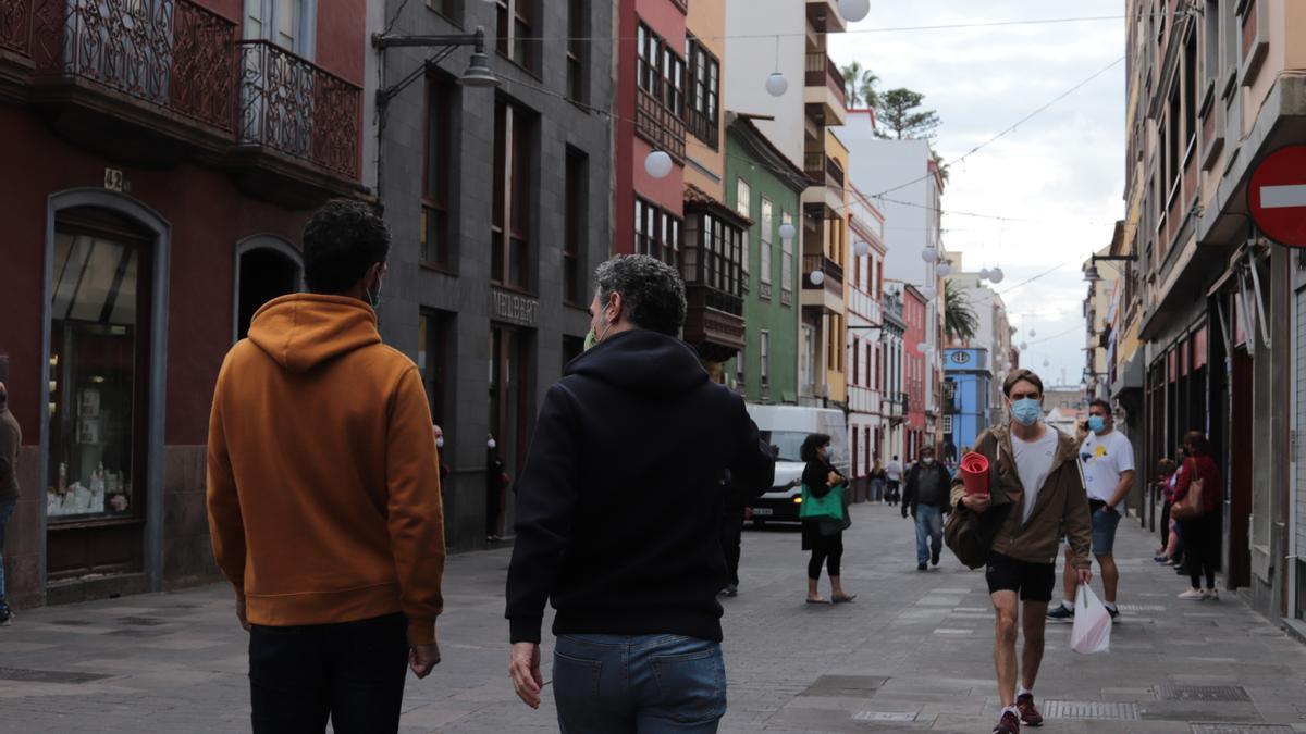Varias personas caminan por la calle de La Laguna