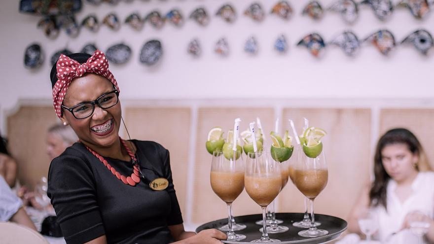 Una camarera, a punto de servir un cóctel en el restaurante Candé en Cartagena de Indias
