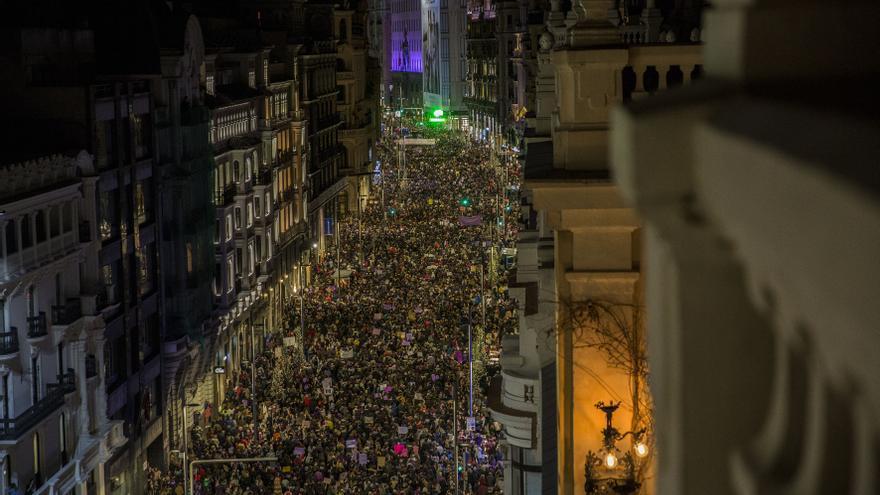 La marcha feminista avanza por la Gran Vía madrileña el 8M de 2019.