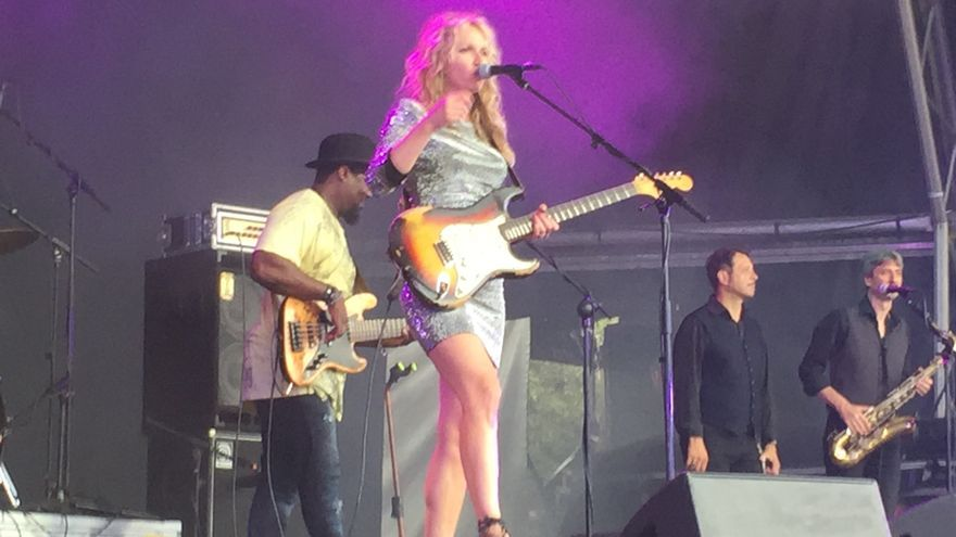 La guitarrista nacida en Serbia Ana Popovic, en plena actuación.
