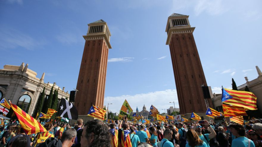 Los manifestantes de la Diada a los pies de las torres de plaza España